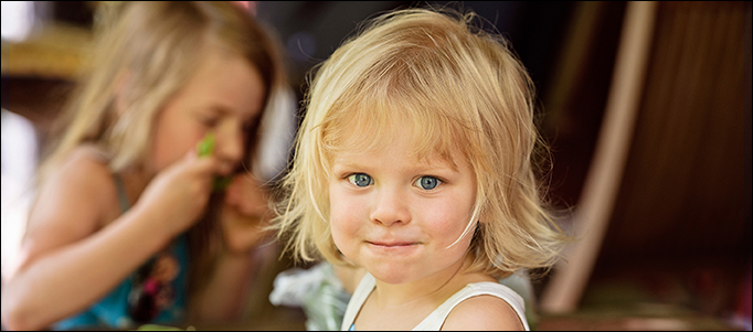 Pieni lapsi hymyilee.