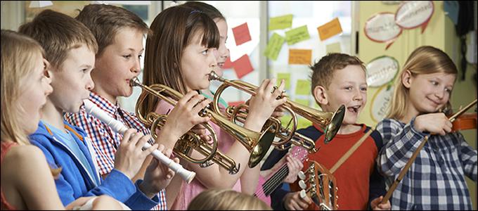 Lapsia soittamassa puhallinsoittimia. Taiteen perusopetus antaa oppilaalle valmiuksia ilmaista itseään.