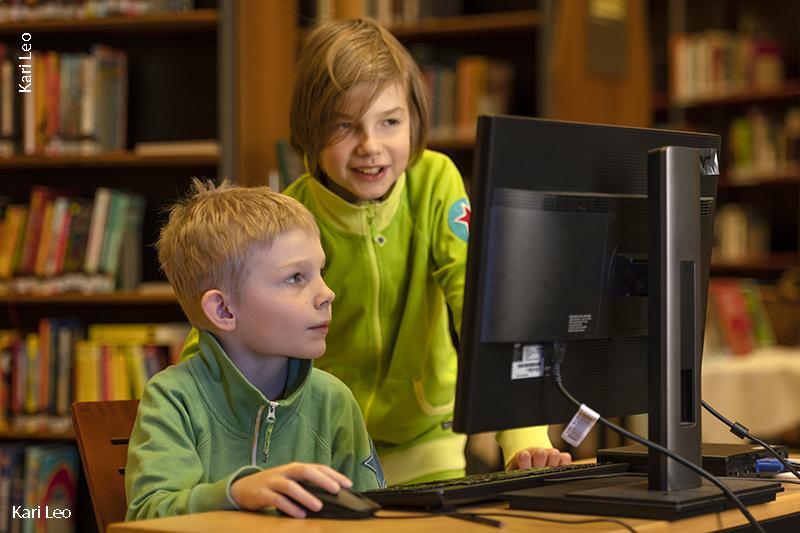 Kaksi lasta tietokoneella.