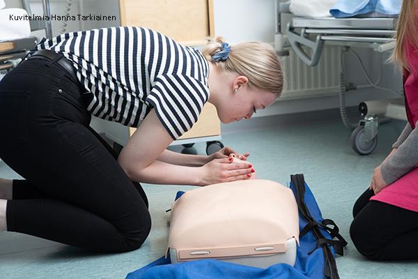Sosiaali- ja terveysalan opiskelija harjoittelee tekohengitystä nukelle.
